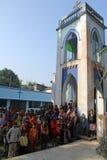 Modlitwa przed Nasz damą Lourdes kościół w Baidyapur, India fotografia stock