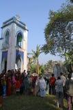 Modlitwa przed Nasz damą Lourdes kościół w Baidyapur, India obrazy royalty free