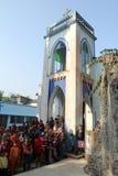 Modlitwa przed Nasz damą Lourdes kościół w Baidyapur, India zdjęcie stock