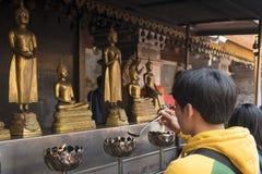 2018-01-14 modlitwa przy świątynnym Watem Phra Który Doi Suthep, Chiang Obrazy Stock