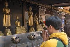 2018-01-14 modlitwa przy świątynnym Watem Phra Który Doi Suthep, Chiang Zdjęcia Royalty Free