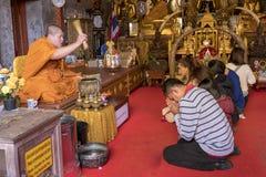 2018-01-14 modlitwa przy świątynnym Watem Phra Który Doi Suthep, Chiang Zdjęcie Royalty Free