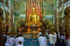 Modlitwa w Linh Phuoc pagodzie dalat Vietnam zdjęcia stock