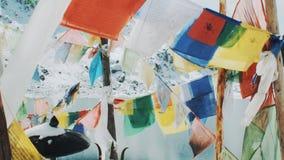 Modlitwa zaznacza Lungta w świątyni blisko zimy jeziora w himalajach zbiory wideo