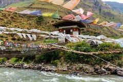 Modlitwa zaznacza na żelaznym moscie Tamchog Lhakhang monaster, Paro rzeka, Bhutan zdjęcia stock