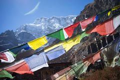 Modlitwa zaznacza w himalaje górach, Annapurna region, Nepal zdjęcie royalty free