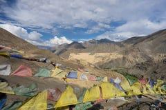 Modlitwy flaga na górze wzgórza przy Lamayuru, Leh, Ladakh, India Obrazy Stock