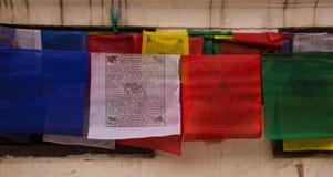 Modlitwy Wiesza Blisko Boudhanath stupy w Kathmandu obrazy royalty free
