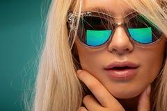 Modna blondynka w okularach przeciwsłonecznych zdjęcie stock