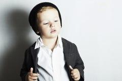 Modna chłopiec w cap.stylish dzieciaku. mod dzieci Zdjęcia Stock