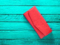 Modna czerwona kiesa na turkusowym drewnianym tle Odgórny widok Zdjęcie Stock
