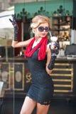 Modna dama z krótkim czerni koronki szalikiem i szpilkami smokingowym i czerwonym, plenerowy strzał Młoda atrakcyjna krótka z wło zdjęcie royalty free