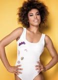 Modna dziewczyna na kolorze żółtym Zdjęcia Royalty Free