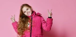 Modna dziewczyna w puszek kurtce fotografia royalty free