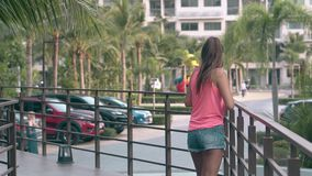 Modna dziewczyna z doskonalić ponytail czekać na wiadomość zbiory wideo