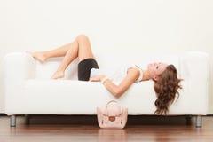 Modna dziewczyna z torebki lying on the beach na kanapie obraz royalty free