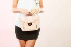 Modna dziewczyny mienia torby torebka Zdjęcie Royalty Free