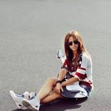 Modna elegancka młoda kobieta z gitarą elektryczną - odbitkowy spac Zdjęcia Stock
