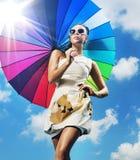 Modna fotografia młoda kobieta z kolorowym parasolem zdjęcia royalty free