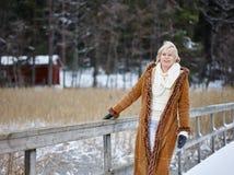 Modna kobieta i zima odziewamy - wiejską scenę Zdjęcia Royalty Free