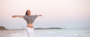 Modna kobieta na seacoast w wieczór cieszeniu obraz royalty free