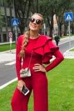 Modna kobieta pozuje podczas Mediolańskiego moda tygodnia Obrazy Stock
