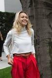 Modna kobieta pozuje podczas Mediolańskiego moda tygodnia Obrazy Royalty Free