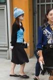 Modna kobieta pozuje podczas Mediolańskiego moda tygodnia Zdjęcia Stock
