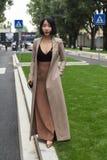Modna kobieta pozuje podczas Mediolańskiego moda tygodnia Obraz Royalty Free