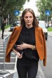 Modna kobieta pozuje podczas Mediolańskiego moda tygodnia Obraz Stock