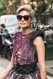 Modna kobieta pozuje podczas Mediolańskiego moda tygodnia Zdjęcie Royalty Free