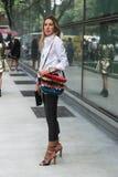 Modna kobieta pozuje podczas Mediolańskiego moda tygodnia Fotografia Royalty Free
