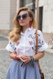 Modna kobieta pozuje podczas Mediolańskiego moda tygodnia Fotografia Stock
