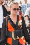 Modna kobieta pozuje podczas Mediolańskiego moda tygodnia Zdjęcie Stock