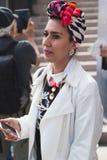 Modna kobieta pozuje podczas Mediolańskiego moda tygodnia Zdjęcia Royalty Free