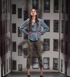 Modna kobieta pozuje w spodniach i bluzce Fotografia Stock