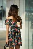 Modna kobieta stoi blisko sklepu z gorącym napojem obrazy royalty free