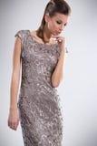 Modna kobieta w eleganckiej sukni zdjęcie stock