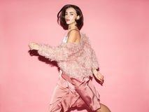 Modna kobieta w menchiach ubiera na różowym tle Obraz Royalty Free