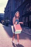 Modna kobieta wydaje jej weekend w dużym centrum handlowym zdjęcie stock