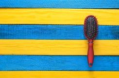 Modna kobiety grępla dla włosianej opieki na żółtym błękitnym drewnianym stole Trend minimalizm kosmos kopii Odgórny widok pojęci Zdjęcia Royalty Free