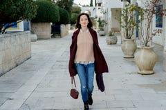 Modna młoda kobieta w eleganckim Burgundy żakiecie używać telefon komórkowego Zdjęcia Royalty Free