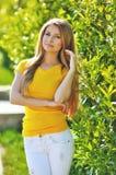 Modna młoda piękna kobieta chodzi na miasto ulicach Zdjęcia Royalty Free
