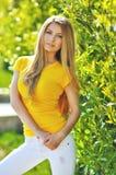 Modna młoda piękna kobieta chodzi na miasto ulicach Zdjęcia Stock