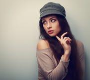 Modna myśląca kobieta w nakrętki patrzeć Rocznika koloru portret Fotografia Stock