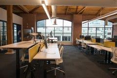Modna nowożytna otwarta pojęcia loft powierzchnia biurowa z dużymi okno, naturalnym światłem i układem zachęcać współpracę, zdjęcia royalty free