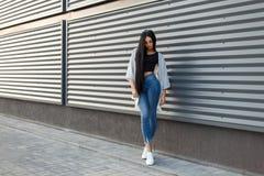 Modna piękna młoda kobieta z długim czarni włosy obraz stock