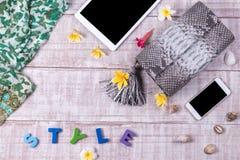 Modna piękna snakeskin pytonu torebka, odgórny widok, drewniany tło Luksusu set, menchia zdojest, kosmetyki, smartphone Obraz Royalty Free