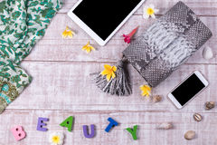 Modna piękna snakeskin pytonu torebka, odgórny widok, drewniany tło Luksusu set, siwieje torbę, smartphone, pastylka komputer oso Fotografia Stock