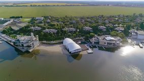 Modna restauracja na jeziorze, restauracja na bankach rezerwuar, pi?kny restauracyjny widok z lotu ptaka zdjęcie wideo